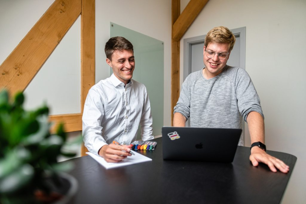Moritz Kormann (l.) und Philipp Lange (r.) bei einer gemeinsamen Beratung.
