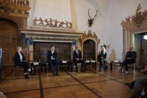 Lars bei Podiumsdiskussion mit Ministerpräsident Kretschmer